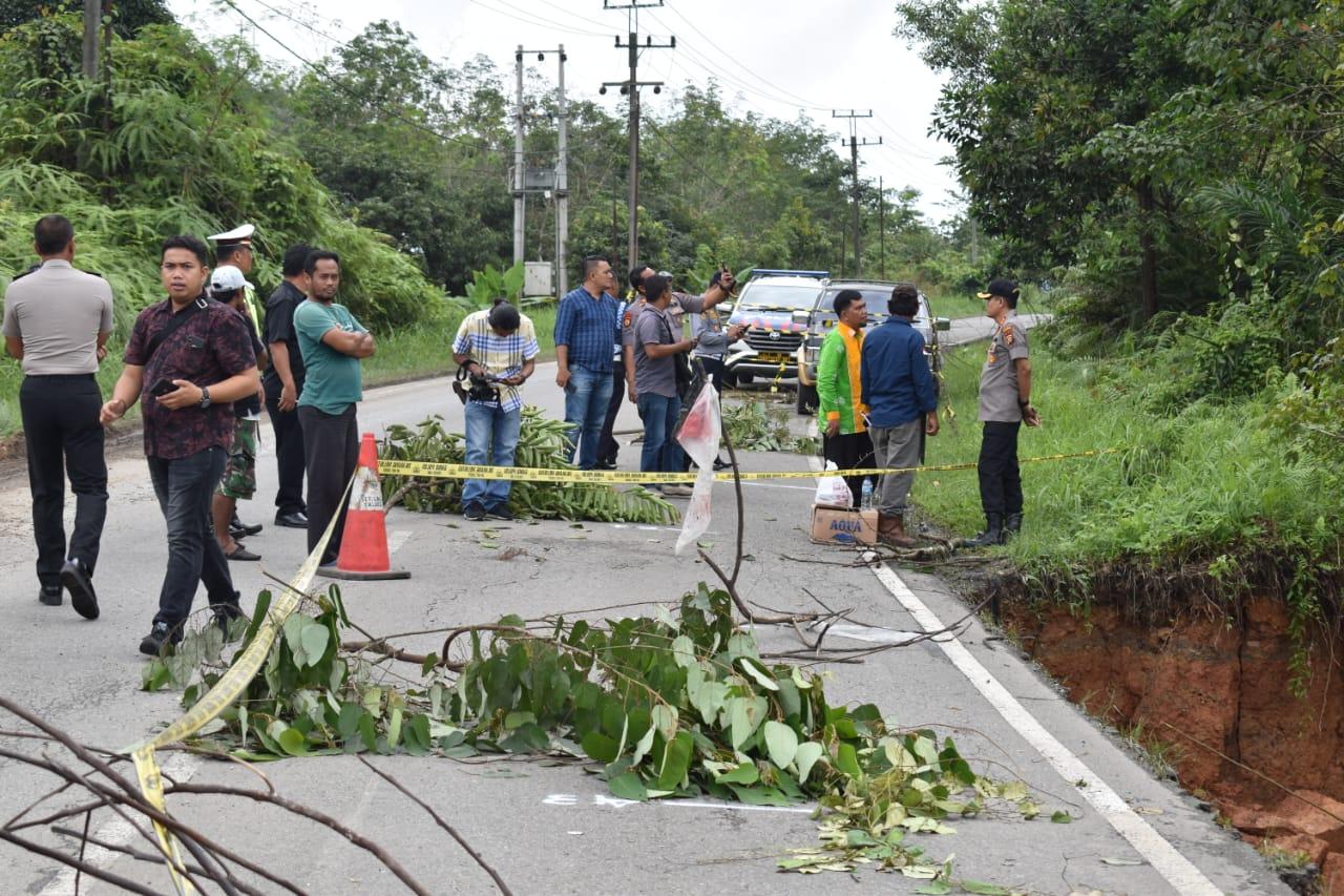 Awas, Bahu Jalan di KM 91Lintas Riau- Sumbar, Amblas</a>