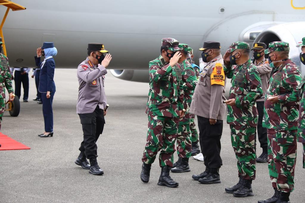 Kunker di Papua, Panglima TNI dan Kapolri Bakar Semangat Satgas Nemangkawi</a>
