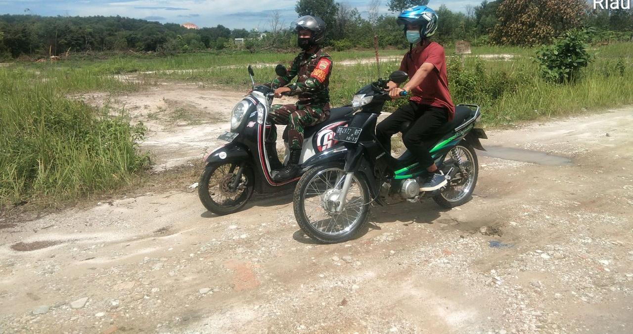 Gunakan Sepeda Motor, Babinsa Prada Teddy dan MPA Patroli Karhutla</a>