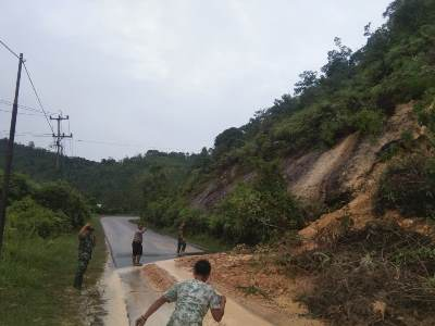 Awas, Ada Longsor di Km 83 Jalan Lintas Riau - Sumbar Desa Merangin</a>