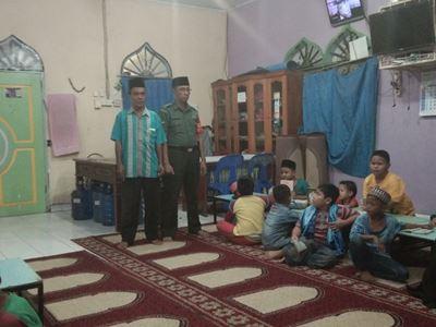 Babinsa Rintis Dampingi Anak-anak Laksanakan Maghrib Mengaji</a>