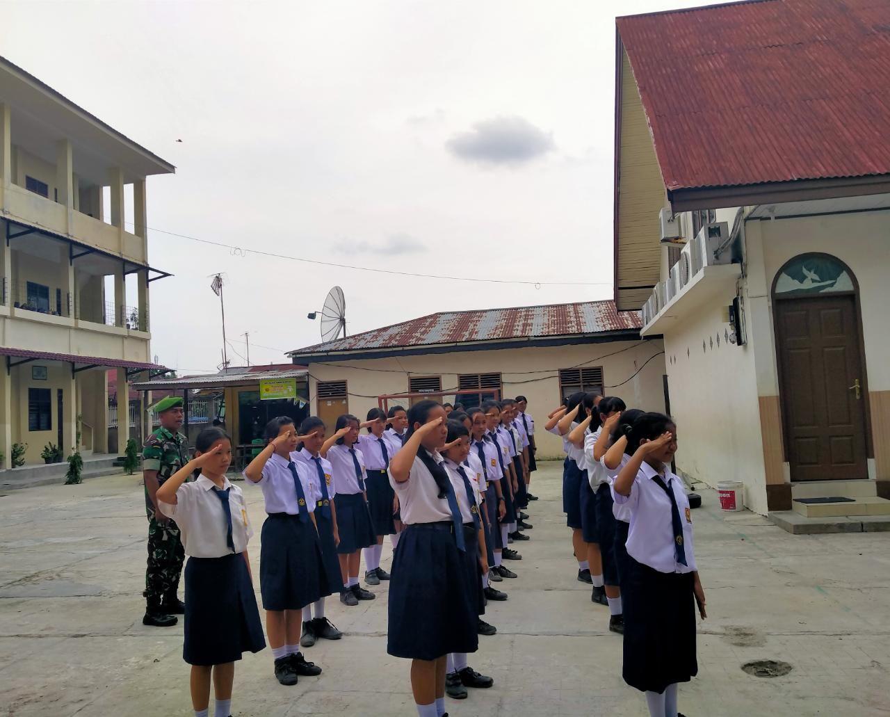 Bentuk Siswa Berkarakter, Serda Dadan Hambali Beri Materi Wasbang di SMP Advent</a>